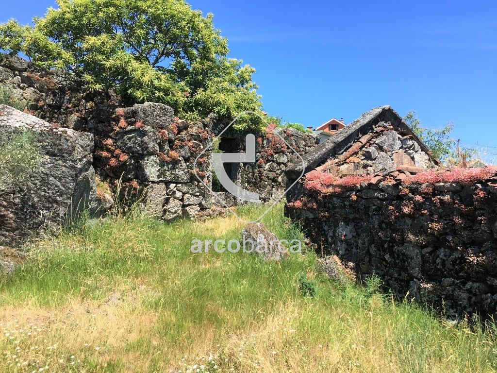 Terreno e ruína