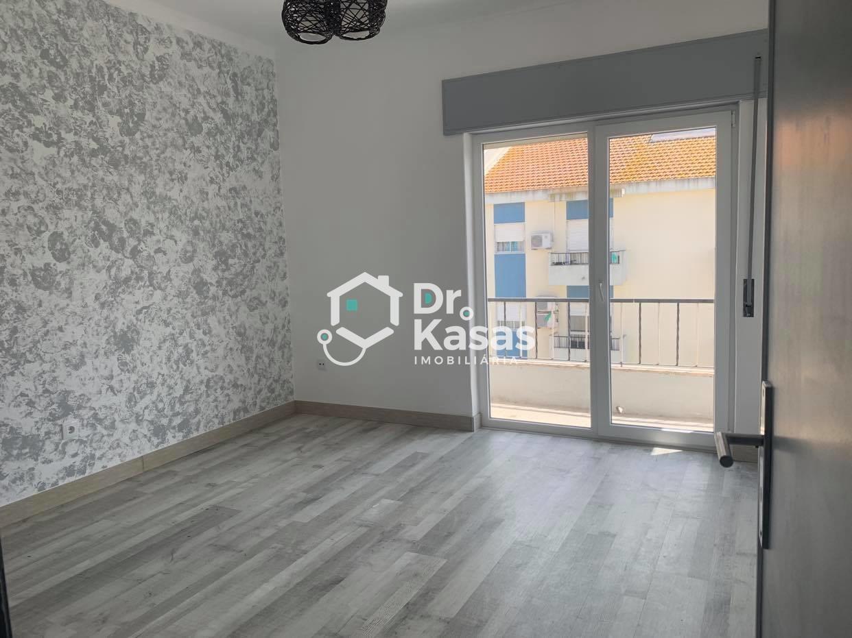 Apartamento T3 de 90 m2, renovado e equipado, a estrear no centro da Moita.