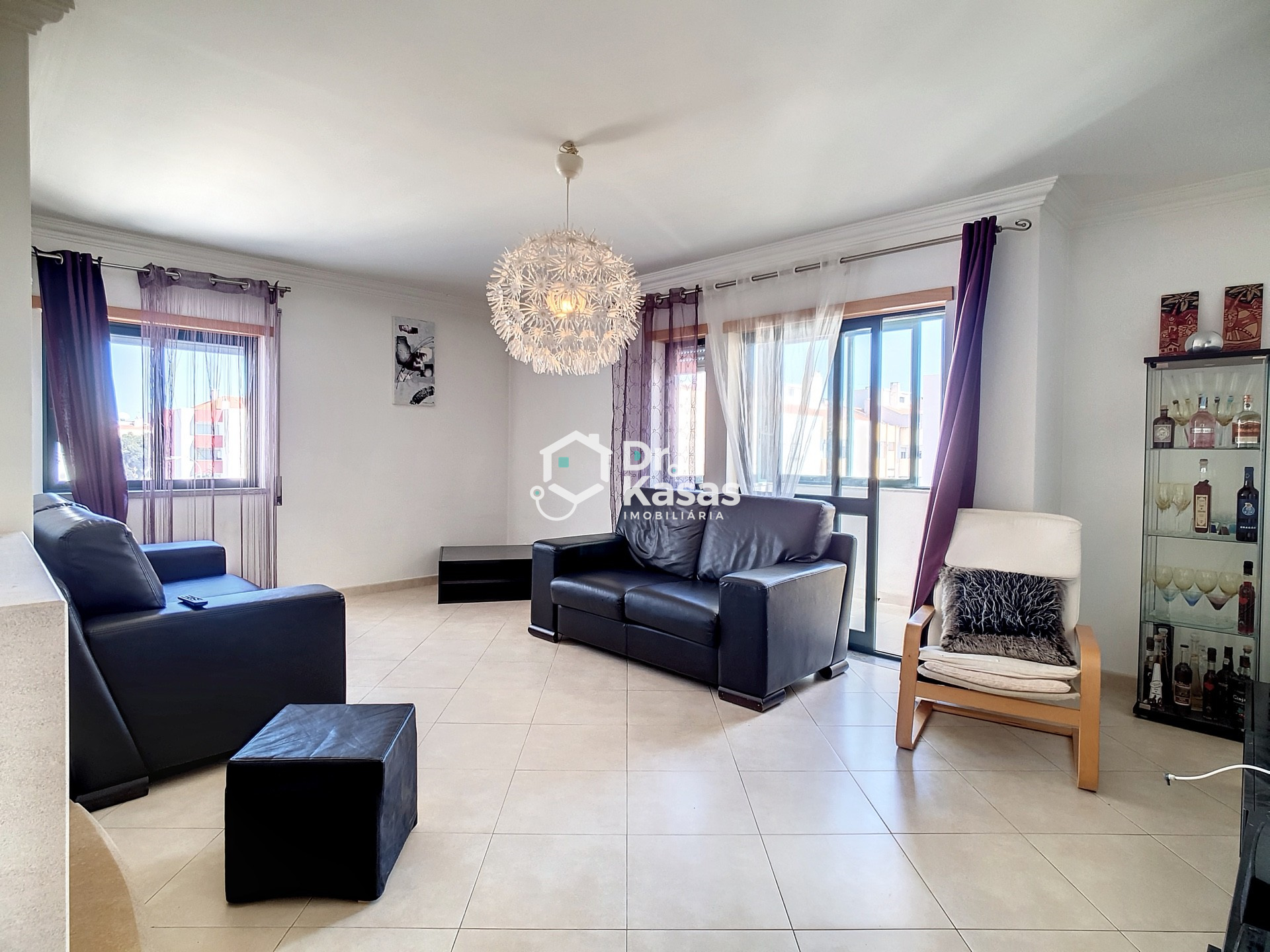 Apartamento T3 com arrecadação e parqueamento, junto à estação de comboios de Alhos Vedros