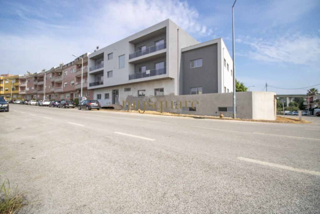 Apartamento T3 com Varanda e Dois Lugares de Garagem