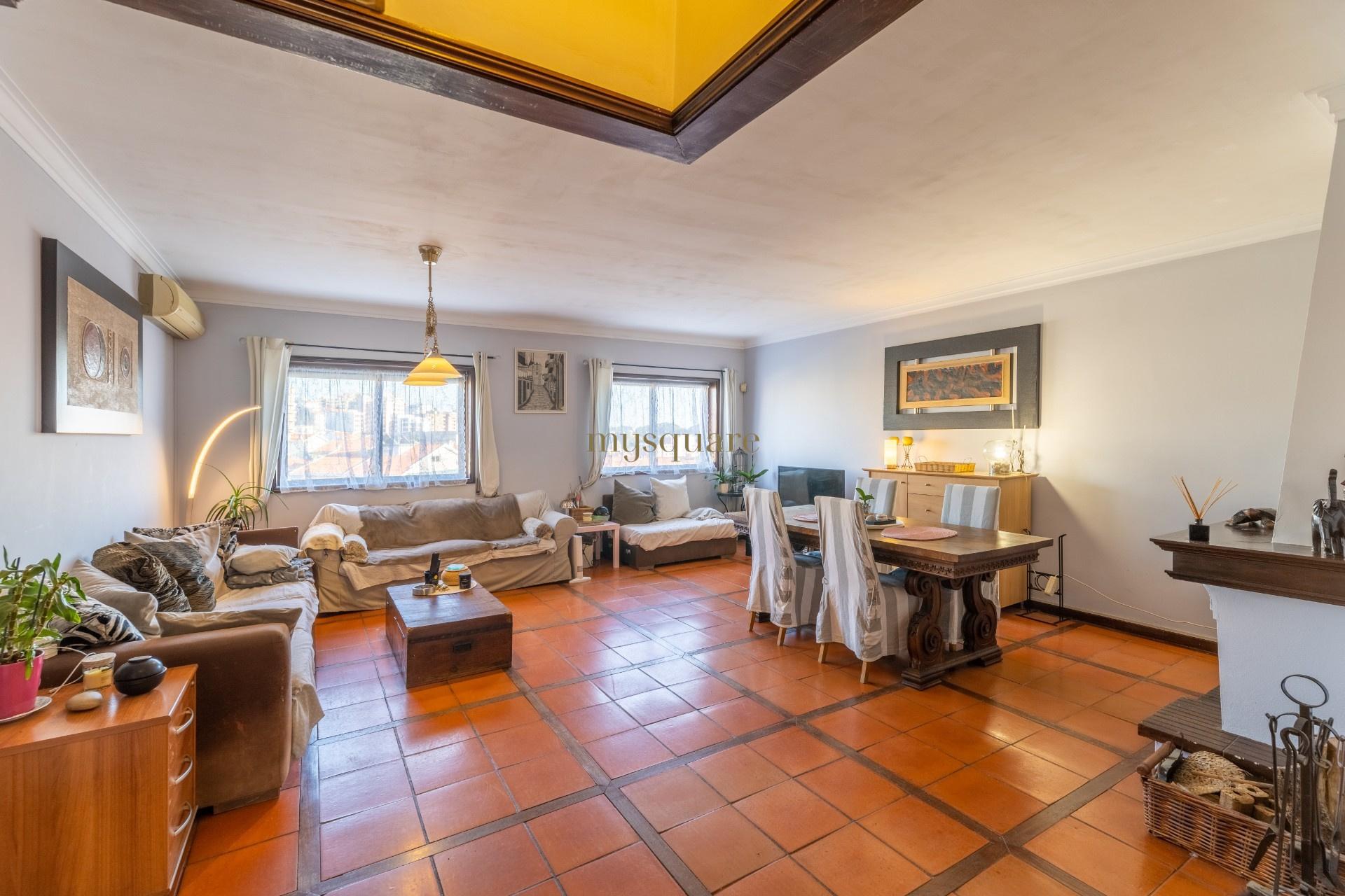 Apartamento T3+1 Duplex, 2 varandas, terraço e box para 2 carros - Mafamude, Gaia