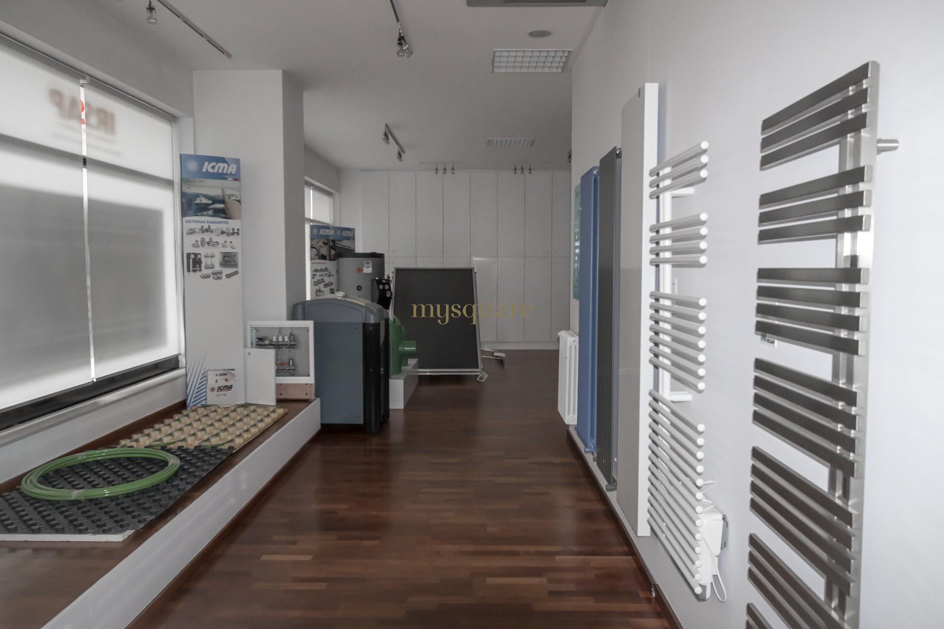 Loja com escritórios no centro de Gaia