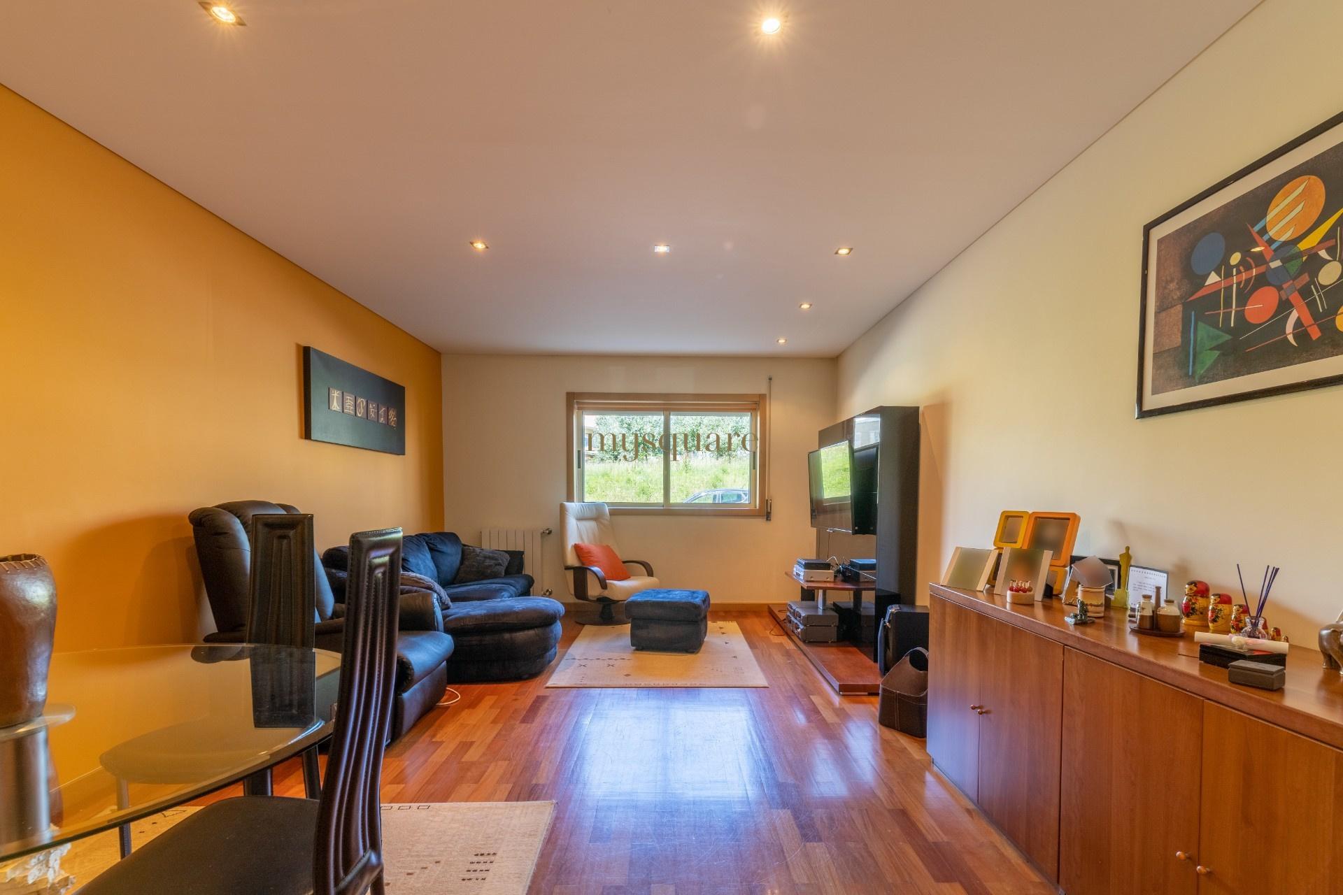 Apartamento T3 com Terraço e Box Fechada no centro de Avintes, Vila Nova de Gaia