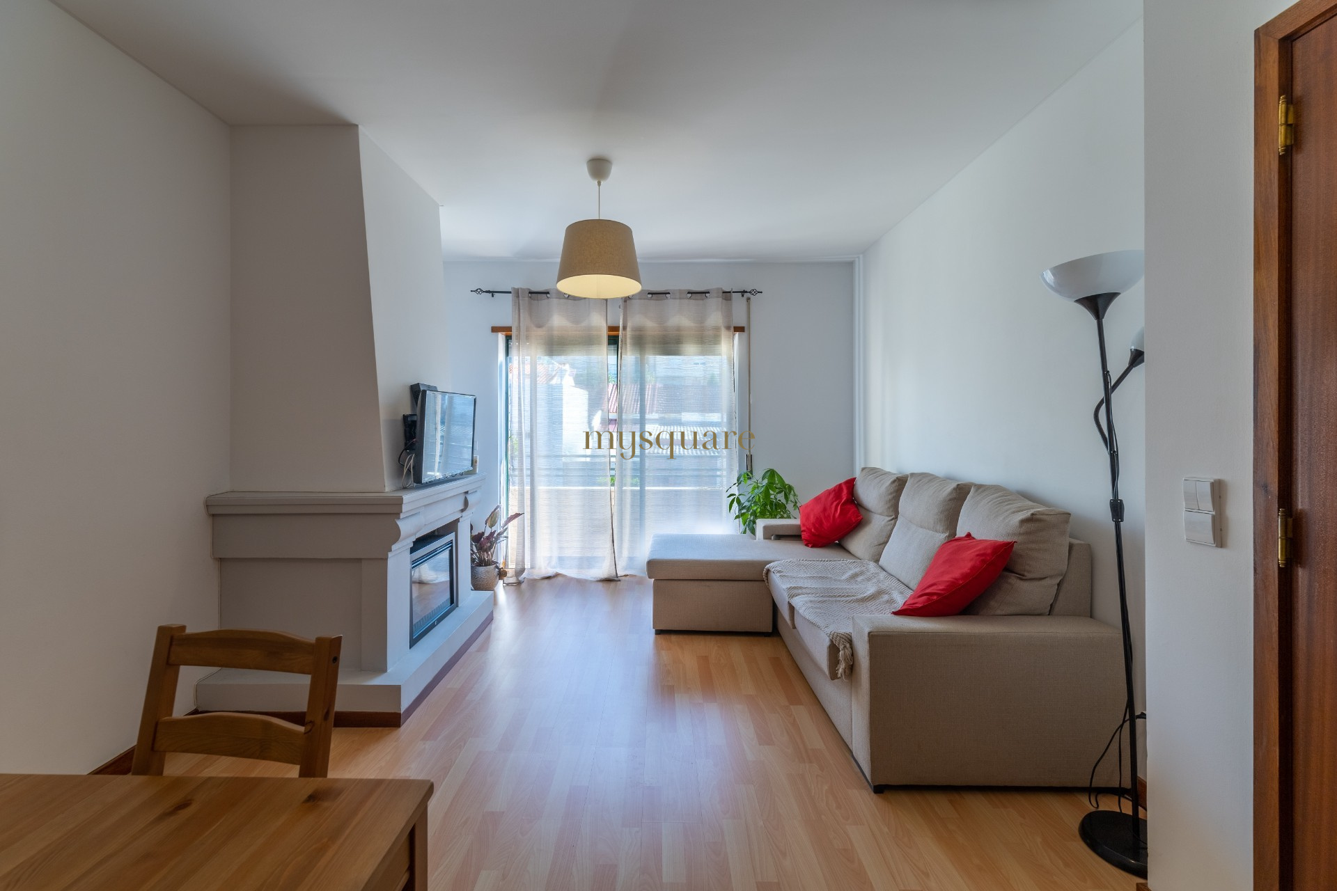Apartamento T2, varanda e lugar de garagem, Fânzeres