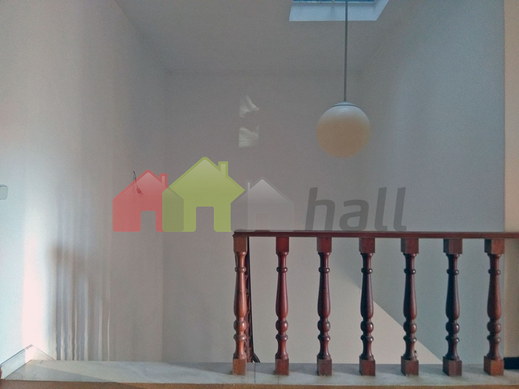 Corredor c/ clarabóia escadaria acesso piso 0