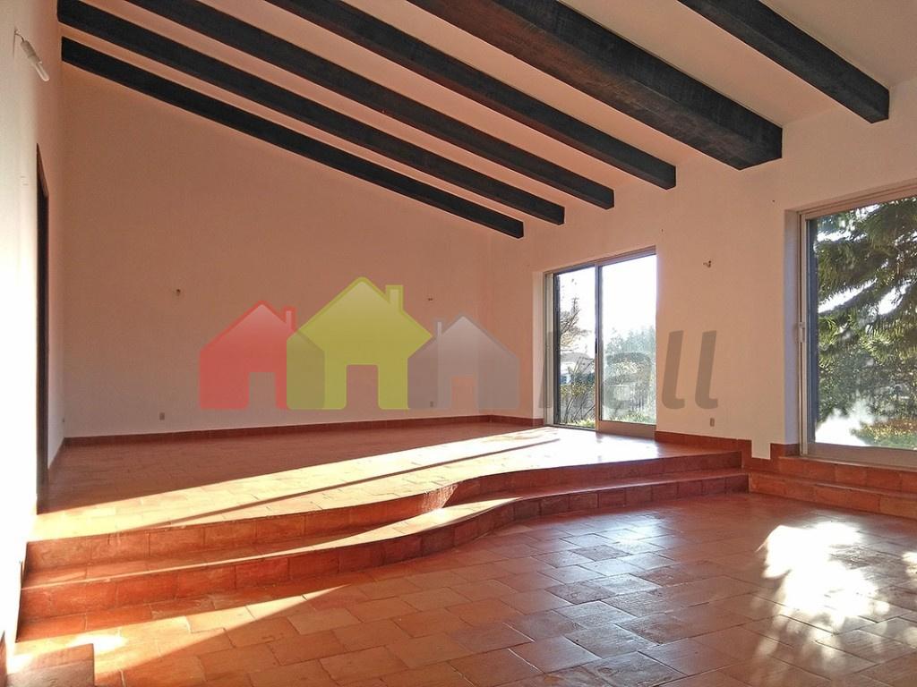 Sala comum com lareira (vista 2)