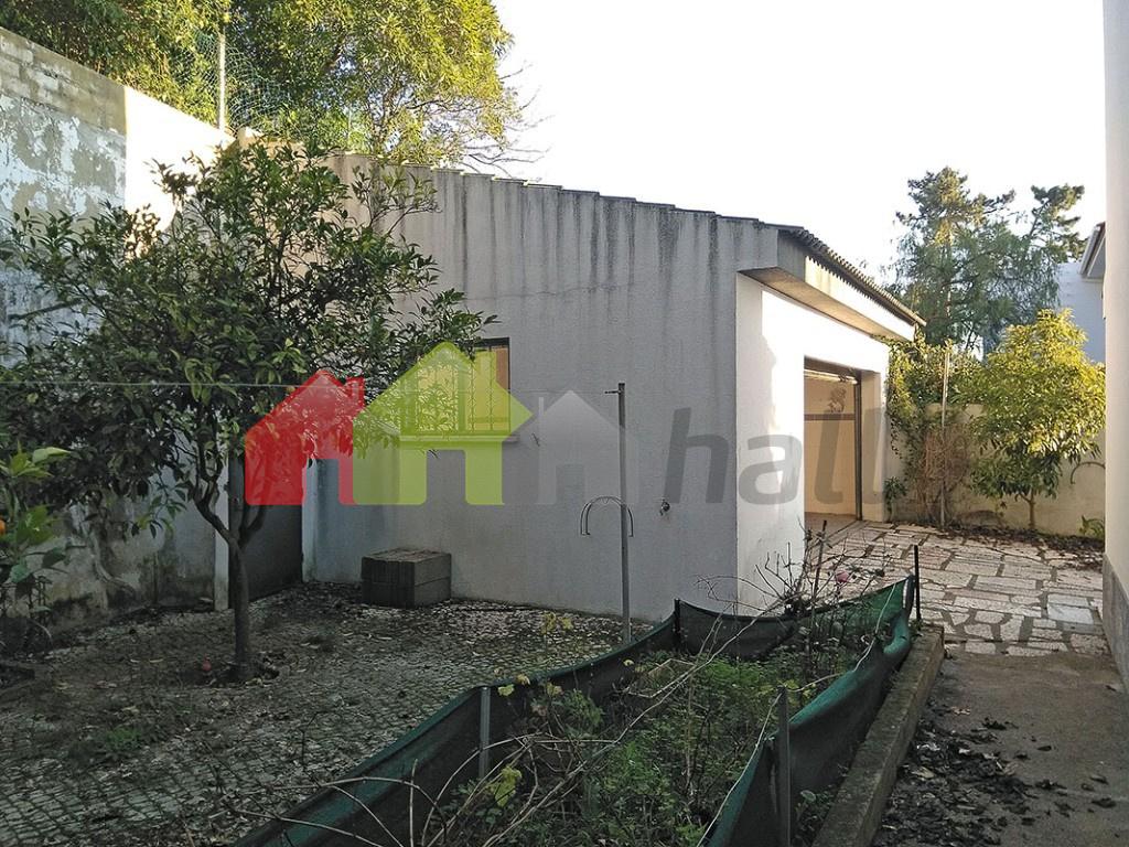 Jardim traseira vista garagem (oeste)